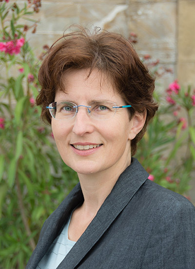 Portrait Dr. Gesine Hofinger